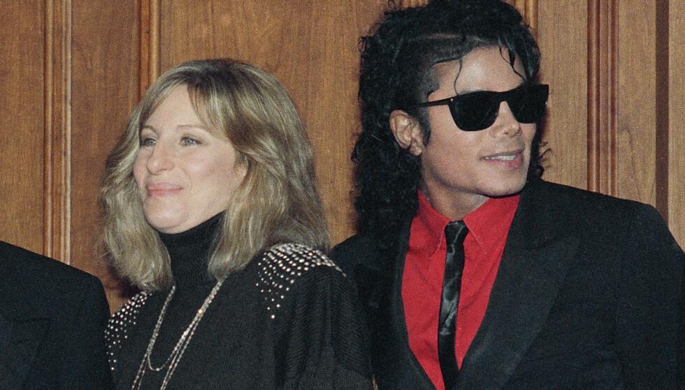 BEKLAGER: Barbra Streisand, her avbildet med Michael Jackson i 1986, beklager uttalelser hun nylig kom med i et intervju, der hun antydet at de to mennene som hevder Michael Jackson foregrep seg mot dem, ikke hadde tatt skade av de påståtte overgrepene, Foto: AP Photo / Mark Avery / NTB scanpix
