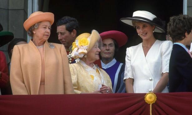 <strong>LANGT LIV:</strong> Dronning Elizabeth, prins Charles, dronningmoren og prinsesse Diana avbildet i 1992. Foto: NTB Scanpix
