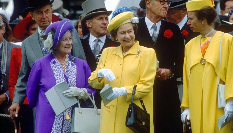 <strong>KONGELIG MYSTERIUM:</strong> 17 år etter dronningmorens død er det forsatt ingen som vet hvor hun egentlig ble født. Her er hun avbildet i 1988 (i lilla), sammen med datteren, dronning Elizabeth, og barnebarnet, prinsesse Anne. Foto: NTB Scanpix