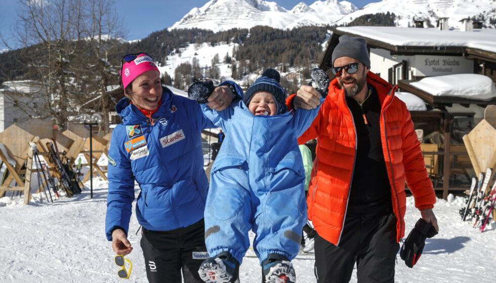 SAMMEN PÅ REISE: Marit Bjørgen og samboer Fred Børre Lundberg avbildet med sønnen Marius i februar 2017. Den gang befant trekløveret seg i Davos i Sveits, der Bjørgen ladet opp til VM på ski i Lahti. Foto: NTB scanpix