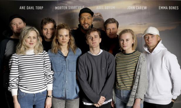 TV-SUKSESS: Heimebane sesong 2 er å se på tv-skjermen, og her er flere av skuespillerne avbildet under pressetreffet i februar. Foto: NTB scanpix
