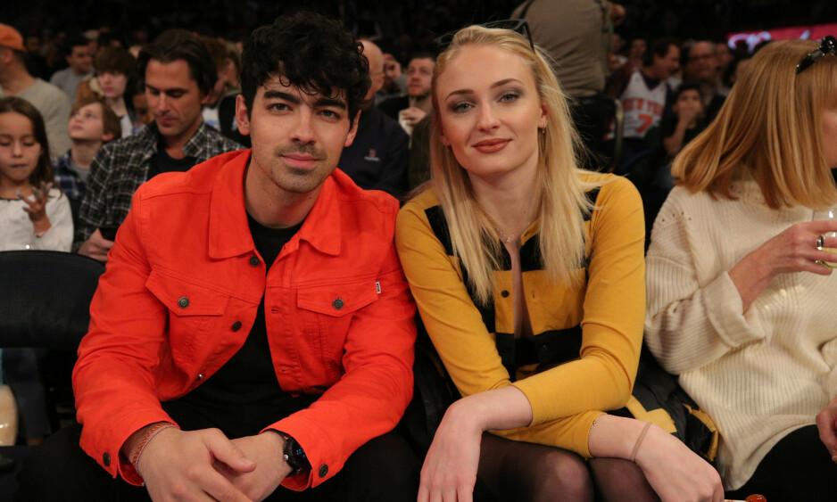 BLIR MANN OG KONE: Etter nesten to år som forlovet, skal Sophie Turner gifte seg med Joe Jonas til sommeren. Her er paret fotografert sammen på et event i New York tidligere denne måneden. Foto: NTB Scanpix.
