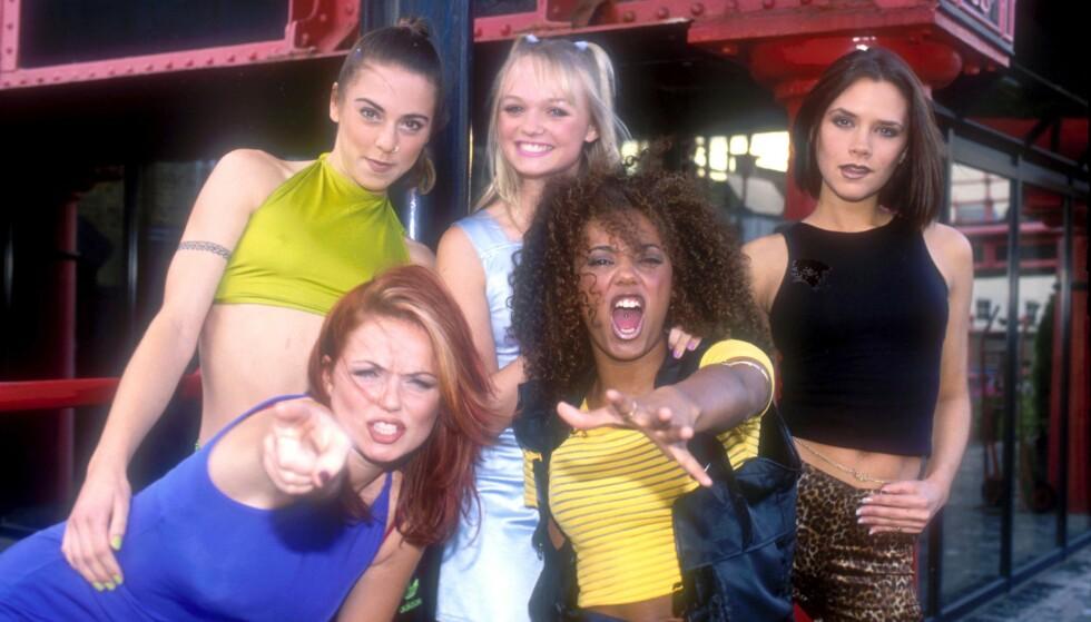 FIRE AV FEM: Mange er nok begeistret over Spice Girls-gjenforeningen, som dessverre ikke inkluderer Victoria Beckham (ytterst t.h.). Her er hun avbildet med Spice Girls-kollegene Melanie Chisholm, Geri Halliwell, Emma Bunton og Melanie Brown i 1996. Foto: Andre Csillag/REX / NTB scanpix