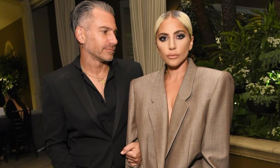 SINGEL IGJEN: Her er Lady Gaga og Christian Carino sammen på et event i Hollywood i oktober. Foto: NTB Scanpix