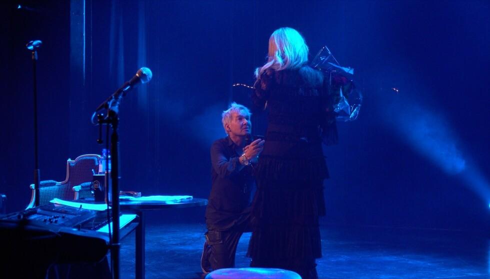 <strong>FRIDDE:</strong> Slik så det ut da Kristian Valen fridde til sin kjære Karen Ånensen på scenen. Foto: Tor Lindseth/ Se og Hør