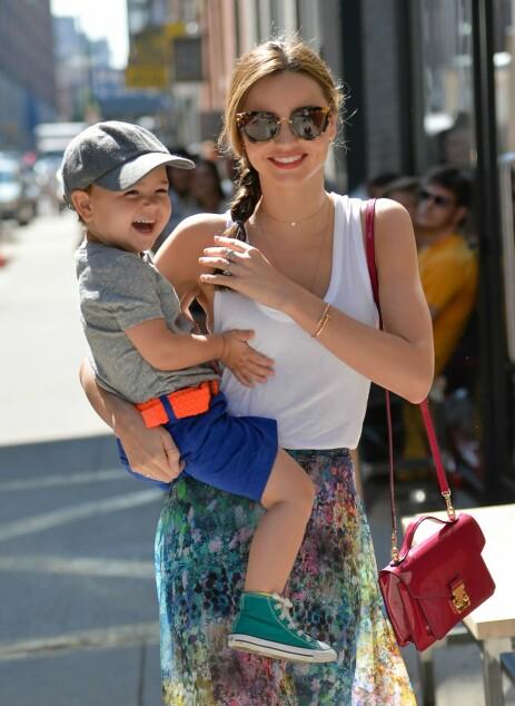 Miranda har sønnen Flynn med skuespiller Orlando Bloom. De gikk fra hverandre i 2013, men har bevart det gode vennskapet. Her er Miranda og sønnen avbildet i 2013. Foto: NTB Scanpix