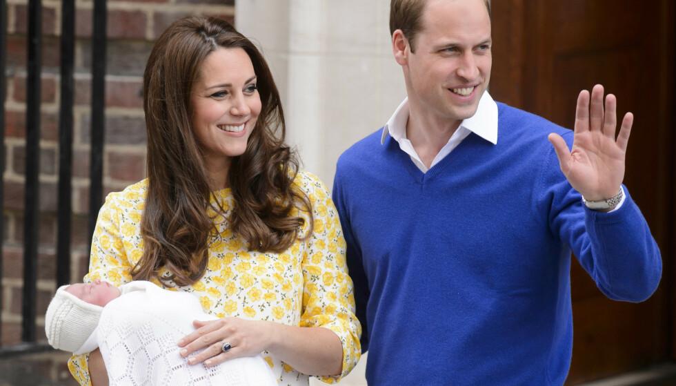 FLOTT: Hertuginne Kate har posert i trappen etter alle sine tre fødsler. Her med prinsesse Charlotte. Foto: NTB Scanpix