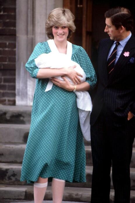 1982: Prinsesse Diana på sykehustrappen med nyfødte prins William. Foto: NTB Scanpix