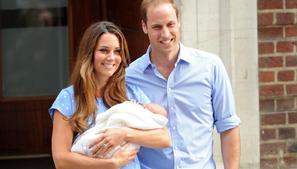 FORELDRE: Kate og William viser stolt frem prins George i 2013. Foto: NTB Scanpix