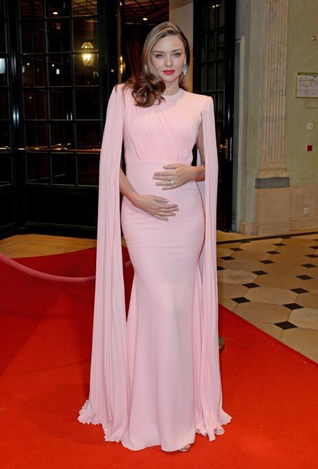 FLOTT: Ikledd en fotsid, rosa kjole, strålte Miranda Kerr på den røde løperen lørdag. Foto: NTB Scanpix