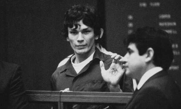 DJEVELTILBEDER: Under rettsaken viste Richard Ramirez fram et pentagram i håndflaten sin. Seriemorderen skal angivelig ha sagt «hyll satan» i løpet av rettsprosessen. Foto: AP / NTB Scanpix
