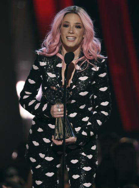 <strong>POPULÆR:</strong> Halsey gjør det stort i musikkbransjen. Her mottar hun pris under iHeartRadio Music Awards i mars. Foto: NTB Scanpix