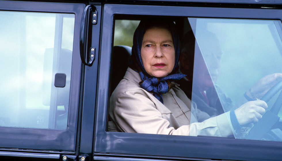 KJØRESTOPP: Dronning Elizabeth har sittet bak rattet siden andre verdenskrig, og er kjent for sin enorme bilsamling. Nå kan det derimot late til at hennes dager bak rattet er over. Foto: NTB scanpix