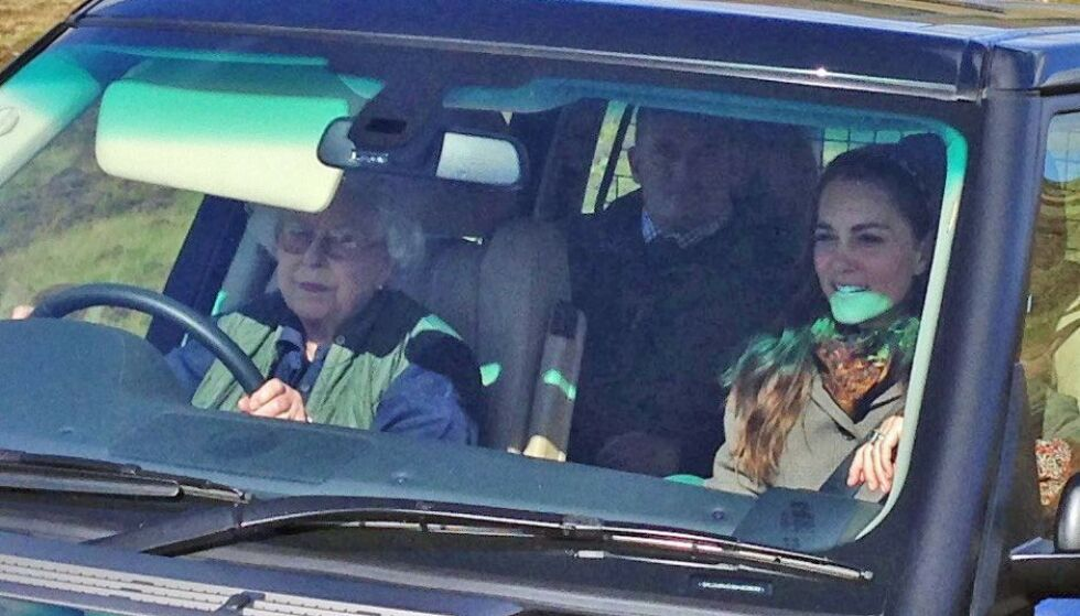 FAMILIETUR: Dronningen er glad i å kjøre, og er gjerne sjåfør når familien skal ut på tur. Her er hun fotografert ved Balmoral i 2016, mens hun kjører svigerdatter Kate. Foto: NTB scanpix