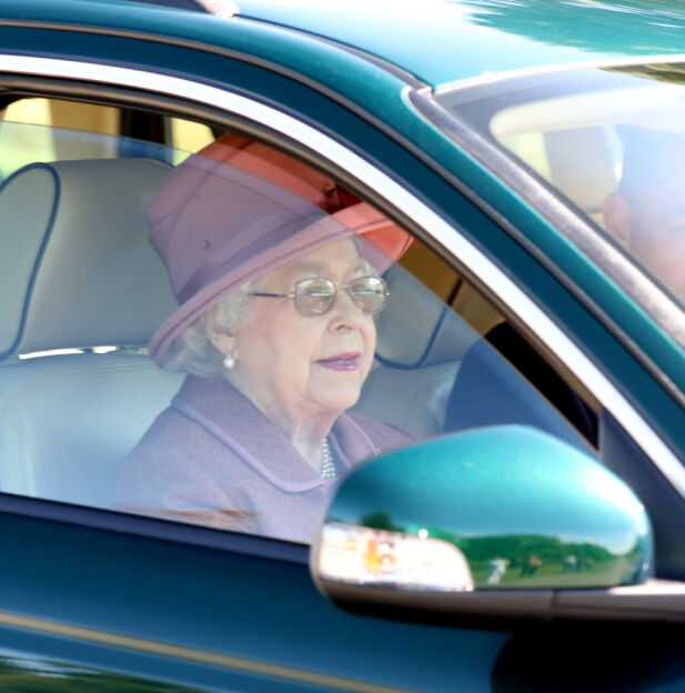 FORVIRRING: Selv om dronning Elizabeths dager på offentlige veier er talte, hevdes det at hun fortsatt kommer til å kjøre rundt på veiene hun selv eier. Foto: NTB scanpix