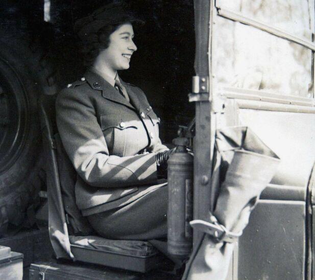 LÆRTE TIDLIG: Dronningen kjørte aldri opp, men lærte seg hvordan biler fungerte da hun var i militæret. Her er hun fotogafert like etter at krigen tok slutt i 1945, bak rattet på en større bil. Foto: NTB scanpix