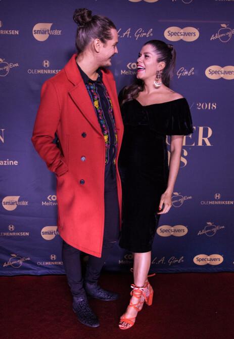 OVERRASKET: Kristin Gjelsvik og Dennis Poppe avslørte at de ventet barn sammen under Vixen Influencer Awards i januar. Da var Gjelsvik sju måneder på vei. Foto: Hanne Erøy / MIO MEDIA