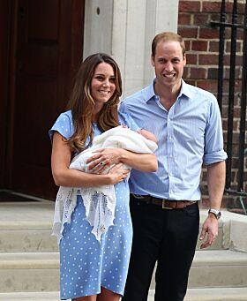 FØRSTE GANG: Da prins George kom til verden i 2013 viste Kate og William han stolt frem på trappen. Foto: NTB Scnapix