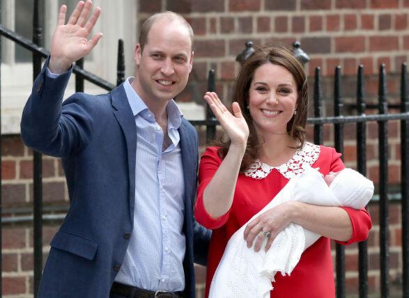 TREDJE GANG: Det er snart ett år siden Kate og William sto på trappen sist. Denne måneden blir lille prins Louis ett år. Foto: NTB Scanpix