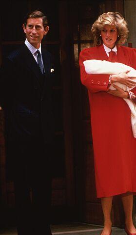 VISTE FREM SØNNEN: Prins Charles og prinsesse Diana med prins Harry i 1984. Foto: NTB Scanpix