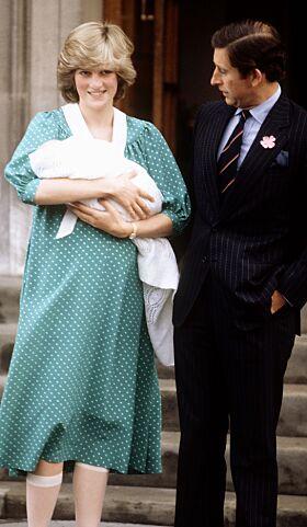 HISTORISK: Da prins William kom til verden for 36 år siden viste Diana og Charles stolt frem sitt første barn. Foto: NTB Scanpix