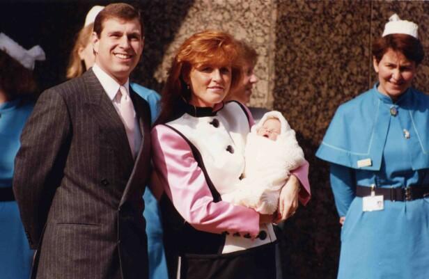 GJORDE SOM DIANA OG CHARLES: Da prinsesse Eugenie kom til verden i 1990 viste prins Andrew og Sarah Ferguson henne stolt frem. Foto: NTB Scanpix
