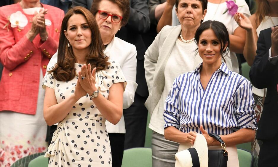 FØDER SNART: Hertuginne Kate har etter hver fødsel stilt opp på sykehustrappen for å vise frem babyene. Det er derimot usikkert om hertuginne Meghan vil stille opp for de ikoniske bildene når hun får barn. Foto: NTB Scanpix
