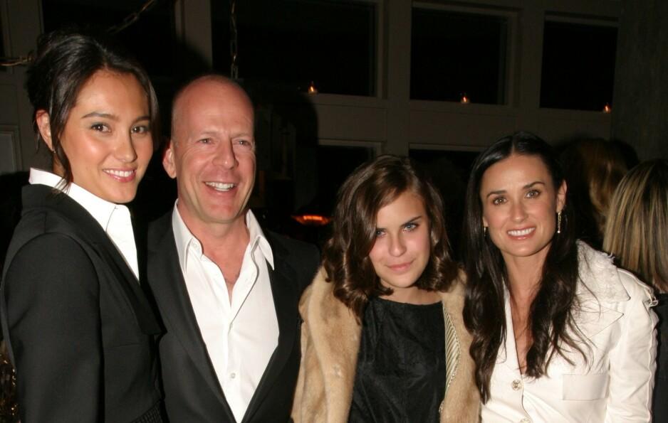 EN MODERNE FAMILIE: Emma Heming (til venstre) har et godt forhold til ektemannen Bruce Willis' tidligere kone, Demi Moore (til høyre). Hun var en selvskreven gjest da de feiret ti års bryllupsdag tidligere denne måneden. I midten står Bruce og datteren Tallulah. Foto: NTB Scanpix