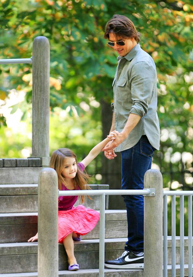 FAR OG DATTER: Tom Cruise skal visstnok ikke ha sett datteren Suri på flere år, her er de avbildet sammen i 2010. Foto: NTB scanpix