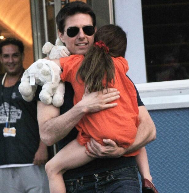 TRYGG HOS PAPPA: Suri mistet angivelig all kontakt med faren Tom Cruise etter skilsmissen i 2012. Foto: NTB scanpix