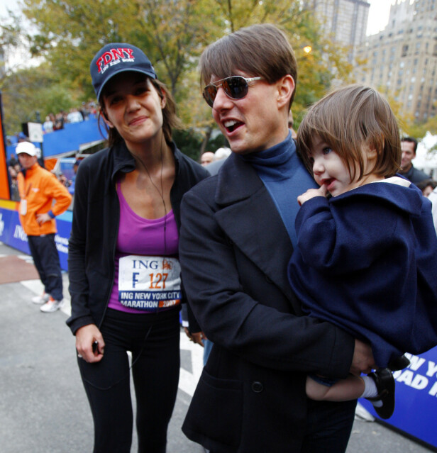 FAMILIE PÅ TRE: Her er Katie Holmes, Tom og Suri Cruise avbildet under New York City Marathon 2007. Foto: NTB scanpix