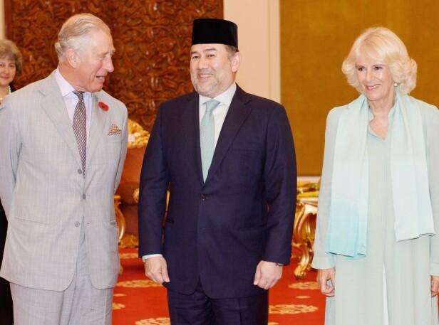 <strong>FORLOT TRONEN:</strong> Sultan Muhammad V abdiserte fra tronen i januar. Her sammen med prins Charles og hertuginne Camilla under et besøk i Malaysia i november 2017. Foto: NTB scanpix