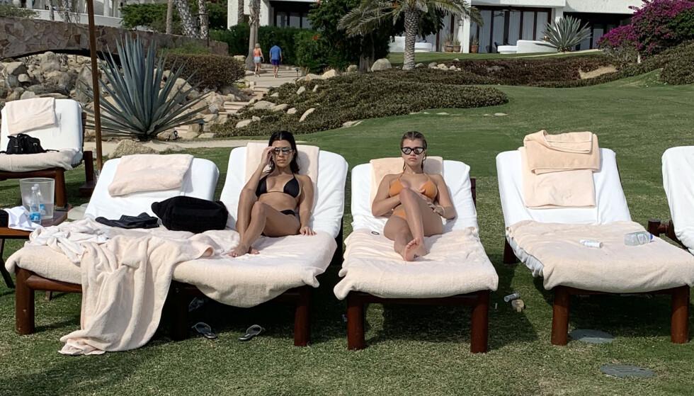 SLAPPER AV PÅ SOLSENGEN: Her er Kourtney avbildet sammen med Sofia under ferien i Mexico i desember. Foto: NTB scanpix