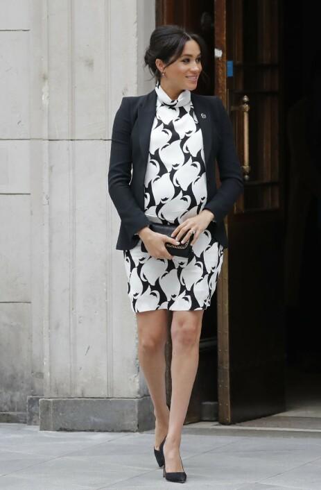 <strong>HØYGRAVID:</strong> Det er ventet at hertuginne Meghan kommer til å føde i løpet av kort tid. Her avbildet ute på oppdrag i London på kvinnedagen. Foto: AFP/ NTB scanpix