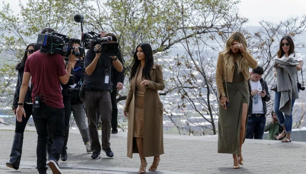 <strong>REALITY:</strong> Kim og Khloé Kardashian tjener enormt på familiens realityserie. I tenårene skal de to imidlertid ha sneket til seg eksklusive solbriller. Her i 2015. Foto: NTB Scanpix