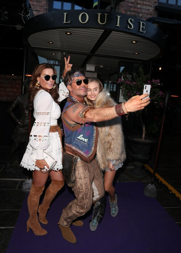 COACHELLA-FEST: Charlotte Spetalen og datteren tar selfie med Jan Thomas. Foto: Andreas Fadum