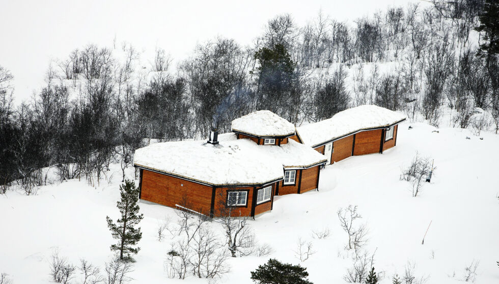 GITARHYTTA: Kurt fikk bygget en fantastisk hytte, formet som en gitar! På den lange terrassen er det god plass til en herlig jacuzzi. Foto: Erlend Haukeland/ Se og Hør