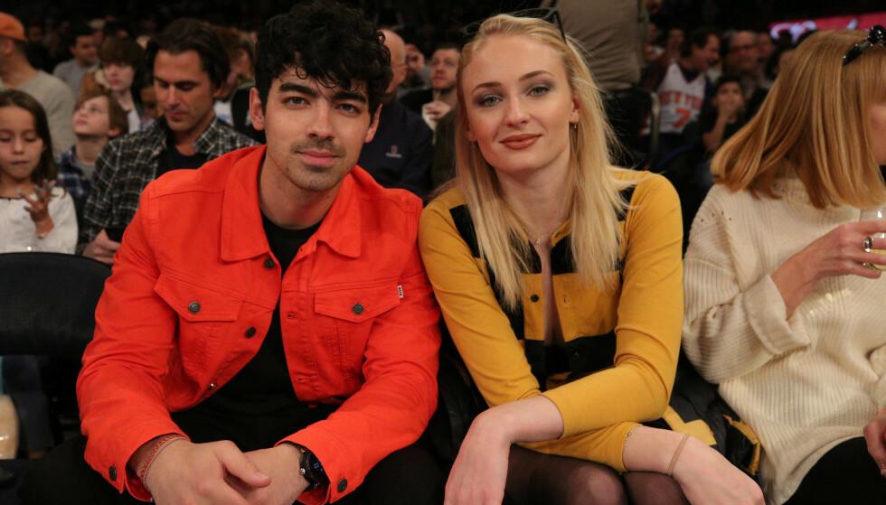 SPØK: «Jonas Brothers»-stjernen Joe Jonas (29) og forloveden Sophie Turner (23), kjent fra serien «Game of Thrones», har vært et par siden 2017. I forbindelse med dagens premiere på den siste sesongen av storserien, kommer Turners kjæreste med en artig video i sosiale medier. Foto: NTB Scanpix
