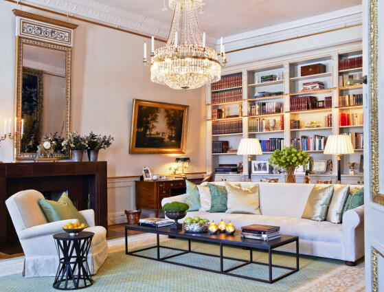 BIBLIOTEKET:Kronprinsesseparet har en tydelig forkjær-lighet for lyse sofaer i de offisielle rommene på slottet. I biblioteket er den lyse sofaen satt sammen med et stramt svart bord som blir en perfekt kontrast til den over-dådige lysekronen. Foto: Kungahuset.se