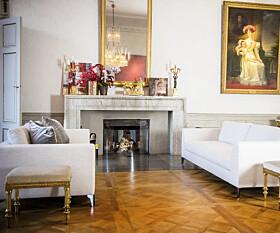 HERLIG MIKS:Vintage-bord som har vært på slottet i lange tider, passer pent til stramme designersofaer. Til høyre ser vi den store salongen som har en liten peis å lune seg foran. På peishyl-lene står det ofte et speil, blomster og lysestaker. Foto: Aftonbladet/ IBL Bildbyrå/ NTB scanpix