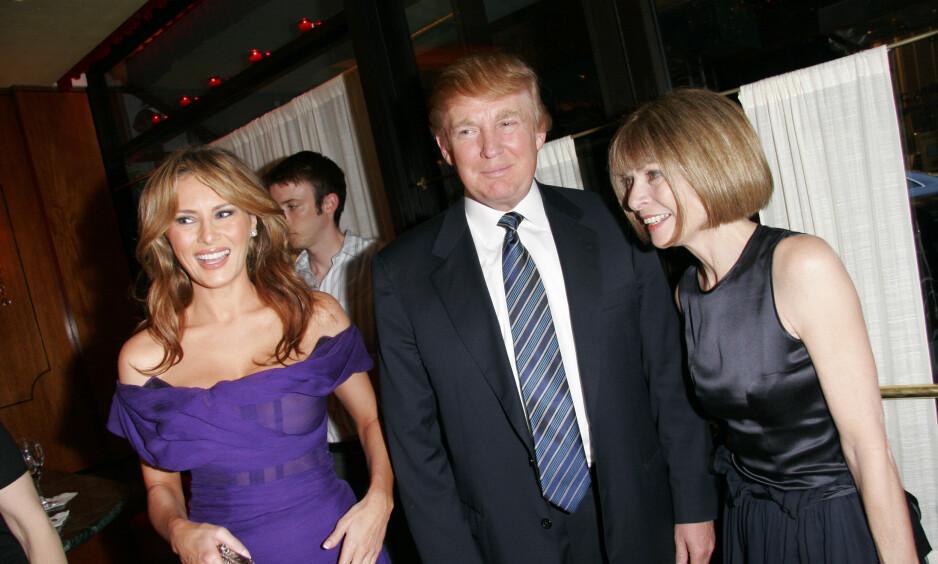 DEN GANG DA: Her er Donald Trump og Melania avbildet sammen med Vogue-redaktør Anna Wintour under en fest i New York i 2005, samme år som Melania prydet forsiden på magasinet. Foto: NTB Scanpix