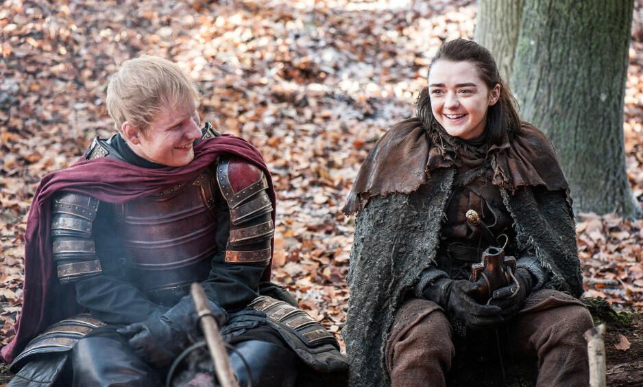 GJESTEROLLE: Ed Sheeran hadde en gjesterolle i første episode i sesong syv av den populære serien. Her sammen med Arya (Maisie Williams). Foto: HBO