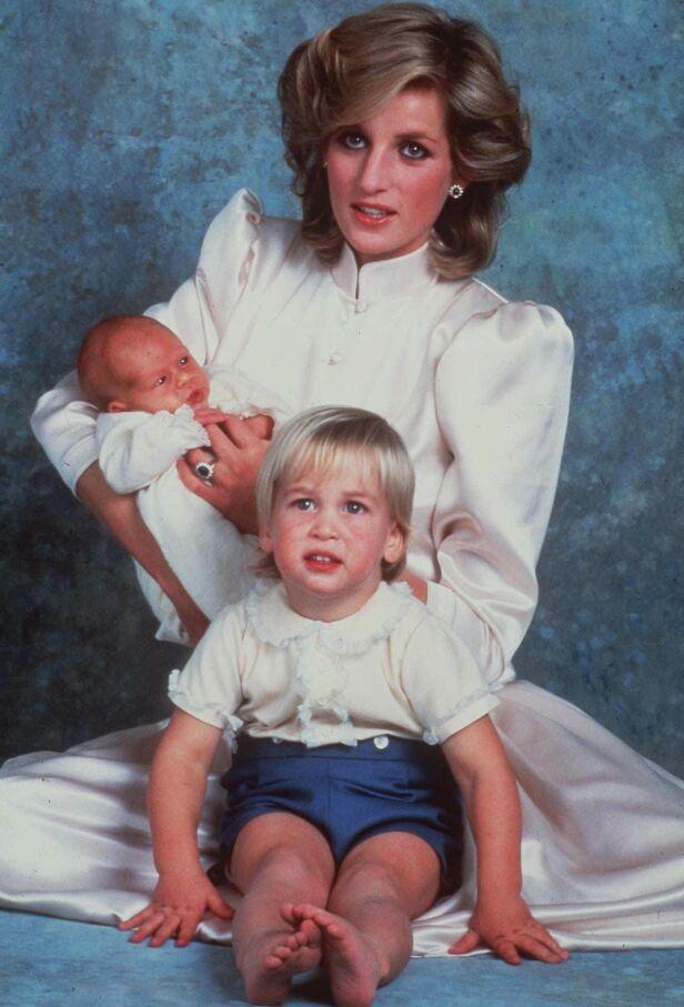 MED SØNNENE: Her er prinsesse Diana avbildet med prins William og prins Harry kort tid etter at Harry ble født i 1984. Foto: NTB Scanpix