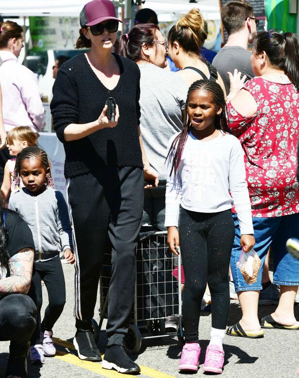 MED MAMMA PÅ TUR: Charlize med barna på et marked i mars. Foto: NTB Scanpix
