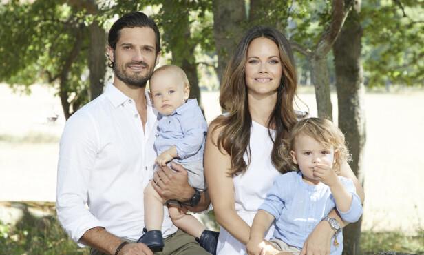 <strong>TOBARNSFORELDRE:</strong> Prins Carl Philip og Sofia er foreldre til Alexander og Gabriel. Her er familien avbildet sommeren 2018. Foto: Anna-Lena Ahlström / det svenske kongehuset