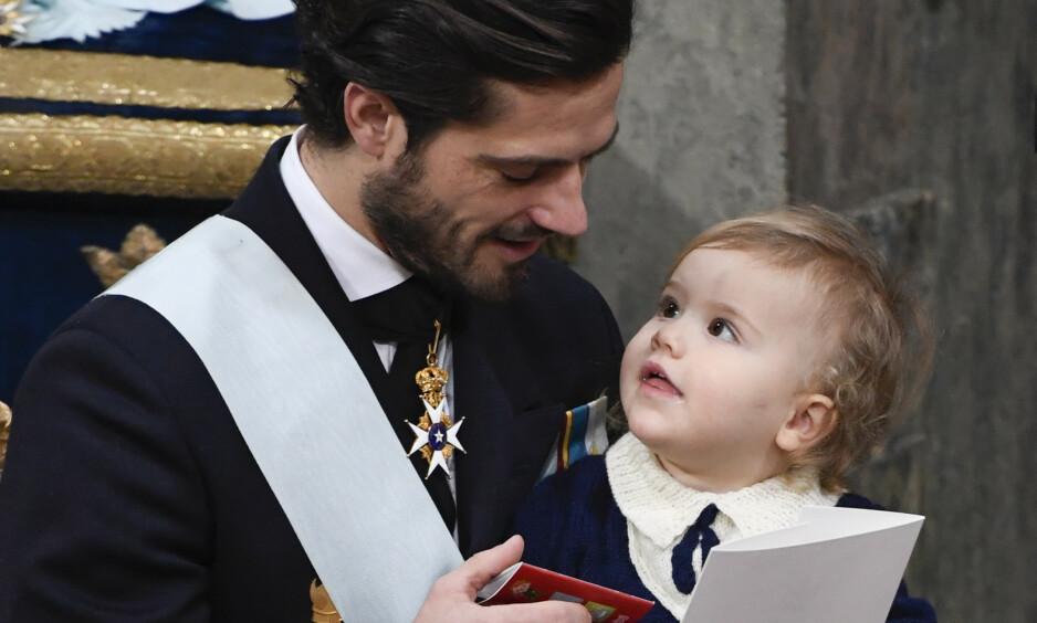 BURSDAG: I dag fyller prins Alexander av Sverige tre år, og flere har bitt seg merke i likheten mellom far og sønn på det nye bildet som kongehuset har offentliggjort. Her avbildet under lillebror prins Gabriels dåp i 2017. Foto: NTB Scanpix