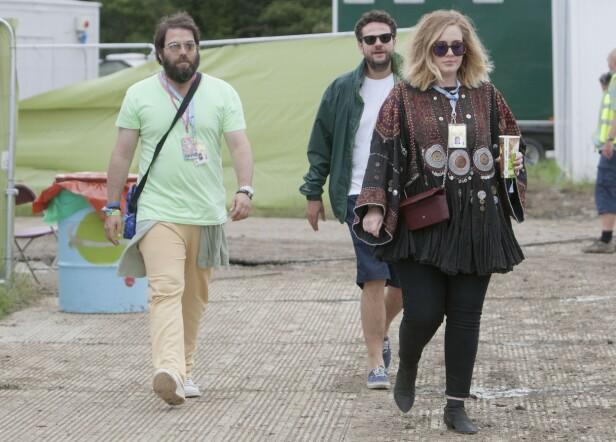 <strong>KAN KOSTE STJERNEN DYRT:</strong> Skilsmissen fra ektemannen Simon kan koste Adele halve formuen, ettersom de angivelig ikke skal ha inngått særeie. Her er de avbildet under Glastonbury-festivalen i 2015. Foto: Splash News/ NTB Scanpix