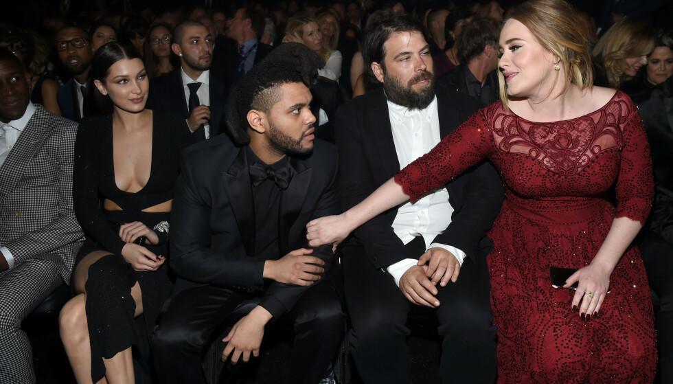 <strong>PÅ PRISUTDELING:</strong> Her er Adele avbildet med Bella Hadid, The Weeknd og ektemannen Simon Konecki under Grammy-utdelingen i 2016. Foto: NTB Scanpix