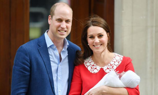 TREBARNSFORELDRE: Kate og William viste stolt frem prins Louis etter fødselen. Foto: NTB Scanpix