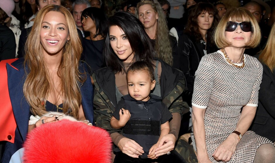 BERØMTE BRILLER: Anna Wintour (ytterst t.h.) avbildes svært ofte bak store, mørke solbriller. Her avbildet sammen med Beyoncé Knowles, Kim Kardashian og hennes datter North West under New York Fashion Week i februar 2015. Foto: NTB scanpix